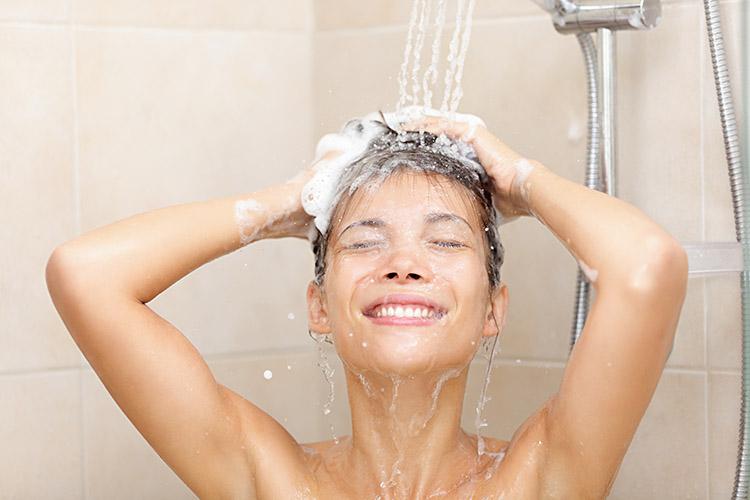 mulher tomando banho lavando os cabelos