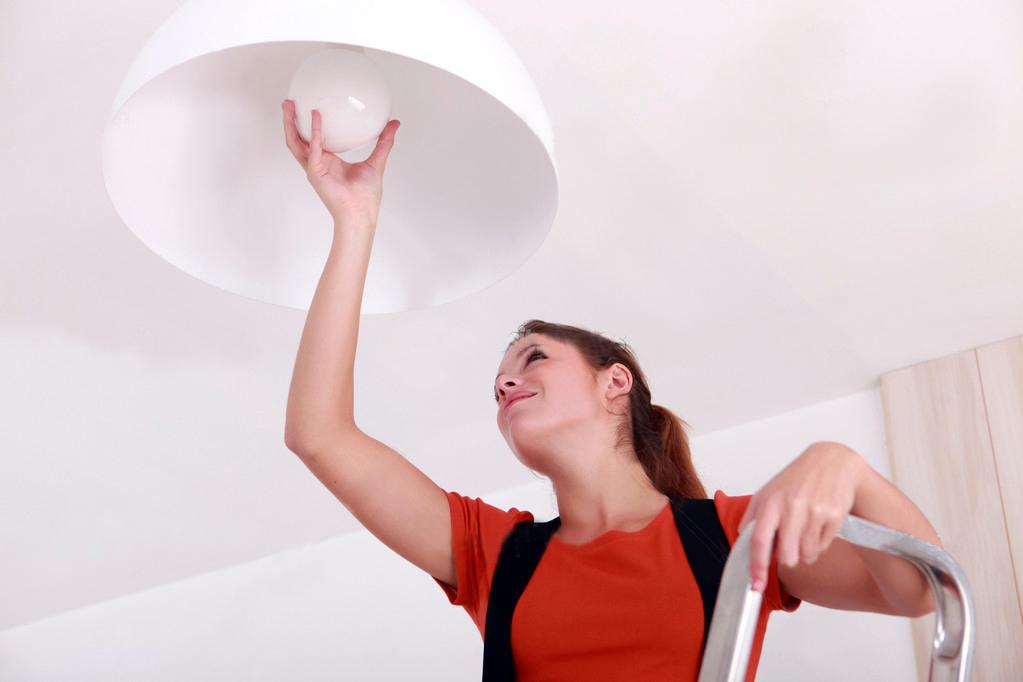 trocando-lampada-com-seguranca-mulher