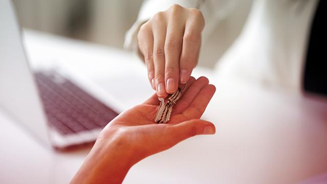 Pessoa segurando chave na mão após alugar sem fiador