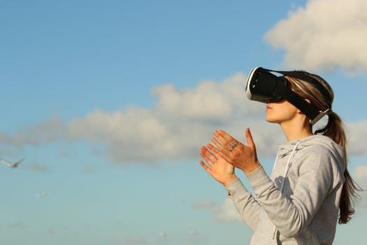 https://carvalhoadm.com.br/blog/media/carvalhoadm/2019/05/como-a-realidade-virtual-pode-facilitar-a-locacao-de-imoveis.jpeg